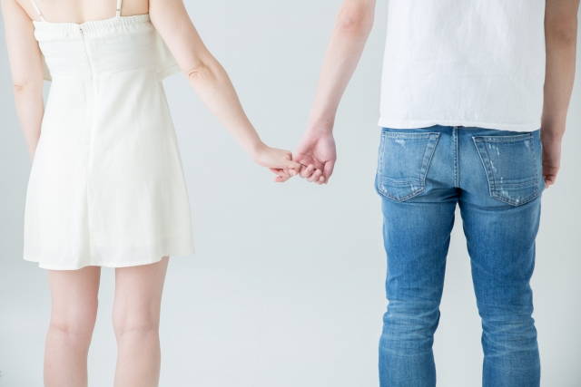手を繋ぐ 男女